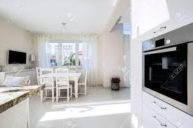 offene küche und esszimmer in luxus villa