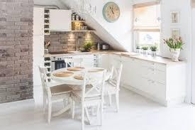 kleine küche mit dachschräge in weiß und kleiner runder