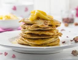 granatapfel pancakes mit karamellisierten äpfeln