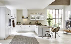 weiße küche mit kranzprofil im landhausstil nolte kuechen