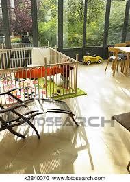 baby in laufstall in wohnzimmer stock bild k2840070