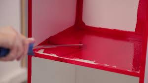 repeindre meuble cuisine laqué comment peindre un meuble avec un effet laqué sur deco fr