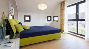 schlafzimmer braune wand brauner boden grün blaues bett