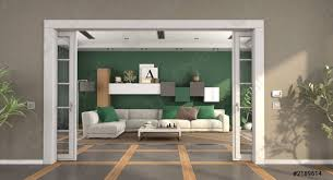 foto auf lager modernes wohnzimmer mit schiebetür und elegantem sofa