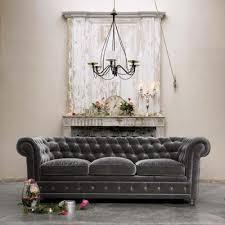 canapé velours gris le canapé chesterfield une touche so dans votre séjour