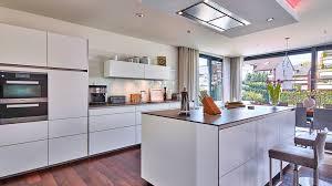 manufaktur küche mit kochinsel und side by side kühlschrank