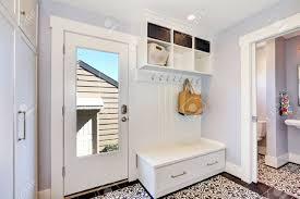 weißer flur schrank mit kleiderbügeln bank mit schubladen und lagereinheiten auf der oberseite und tür zum badezimmer northwest usa