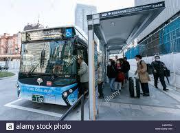 le de bureau à pile les gens entrent dans un autobus à hydrogène à la gare de le