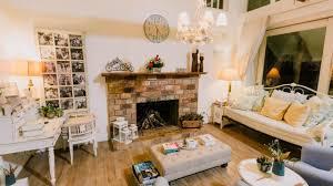 wohnzimmer eines privaten gästehauses mit offenem kamin und