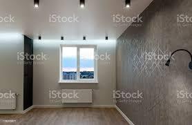 großes neues wohnzimmer in moderner wohnung mit fenster grauen wänden und ledlen an der decke kopierraum stockfoto und mehr bilder abstrakt