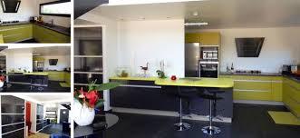 cuisine lave vaisselle tabouret rond simple en cuir noir armoire de cuisine brun foncé