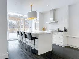 weiße küche mit arbeitsplatte in marmor optik und grauer