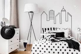 trendy schwarz weiß gemütliches schlafzimmer für stilvolle frau