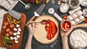 foto auf lager klassische italienische pizza margherita die der gastgeberin in der heimischen küche mit liebe zubereitet wird