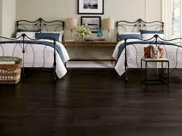 doppeltes schlafzimmer schwarzer boden aus laminat vor zwei