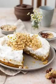 baiser kuchen mit weißen johannisbeeren und haselnüssen