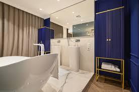 großes luxuriöses elegantes klassisches badezimmer