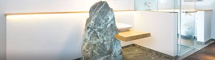 ein badezimmer mit valser quarzit auf schmalen raum marmor