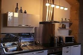 cuisine entierement equipee cuisine entièrement équipée encastrée sous des arches en pierres
