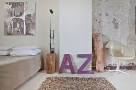 schlafzimmer mit leder teppich lila bild kaufen