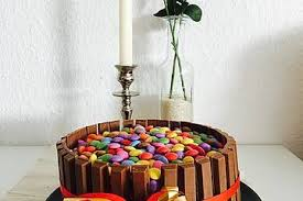 bunte schoko kitkat smarties torte