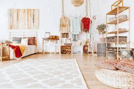 aufgeräumtes geräumiges gemütliches schlafzimmer in warmen sandfarben mit modernem kleiderschrank