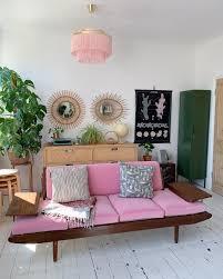 rosa vintage sofa mit rattan spiegel und kommode 70er