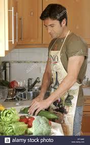 mann kueche kochen gemuese rohkost zubereitung innen