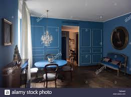 zeitgenössische blaue sofas stockfotos und bilder kaufen