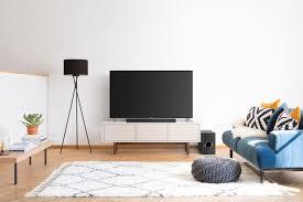 wohnzimmer und fernsehecke mit blauem sofa scandinavian