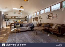 wohnzimmer esszimmer und küche in einem land mit einer