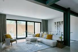 weißes sofa mit gelben kissen im bild kaufen 12459939