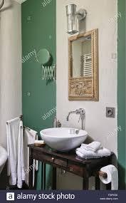 spiegel in holz geschnitzte rahmen über waschbecken auf
