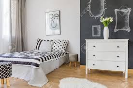 gemütliches modernes schlafzimmer mit schwarz weiß dekor