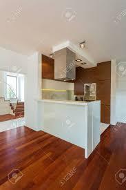 kleine moderne küche mit theke in großes wohnzimmer