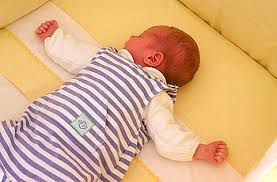 säuglinge sollten im elternschlafzimmer im eigenen bett