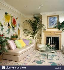 großen abstrakten malerei über beige seide sofa mit