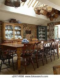 hölzern stühle und langer tisch in traditionelle