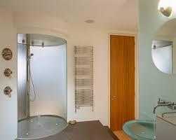 oval geformte dusche auf podest in bild kaufen