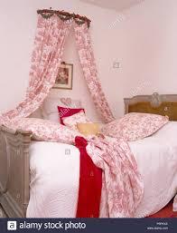 land schlafzimmer mit mauerkrone mit pink weiß toile de
