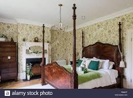 antikes himmelbett aus holz in regency schlafzimmer mit