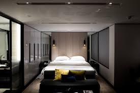 schaffen sie atmosphäre mit dunklen farben im schlafzimmer