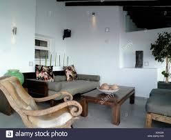 dunkles holz couchtisch und grau sofa im modernen weißen