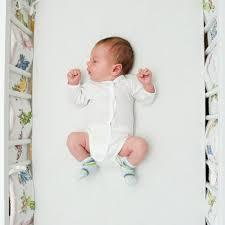 comment mettre un tour de lit bebe lit de bébé comment l équiper au moment du coucher