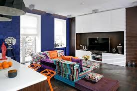 kleines wohnzimmer großes sofa modular wohnlandschaft bunt