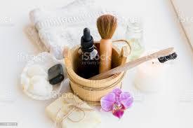 mit naturmaterialien zu hause verschiedene kosmetikprodukte im badezimmer ökologischer fußabdruck minimieren bambusbadetuch biologisch abbaubare