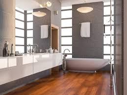 badezimmer mit holzboden und steinfliesen premium foto