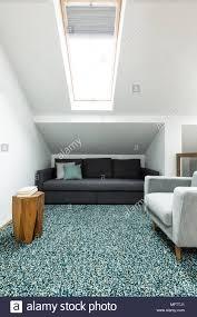 schwarze und graue sofa in ein dachgeschoss wohnzimmer