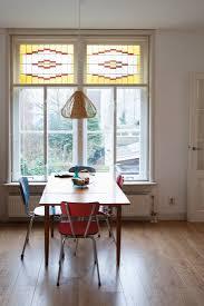 retro stühle um küchentisch vor fenster bild kaufen