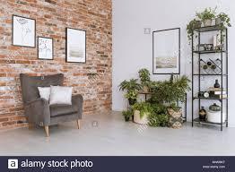 poster auf der weißen wand über pflanzen in einfachen